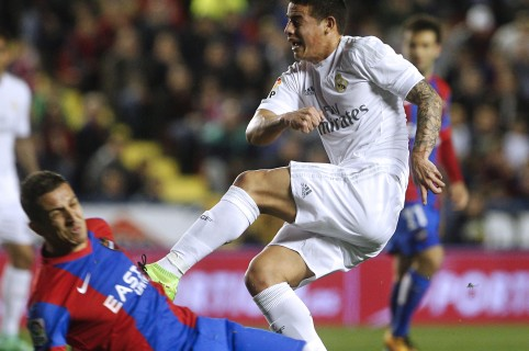 Levante's Moroccan defender Zou Feddal (L) vies with  Real Madrid's Colombian midfielder James Rodriguez during the Spanish league football match Levante UD vs Real Madrid CF at the Ciutat de Valencia stadium in Valencia on March 2, 2016. / AFP / Jose Jordan