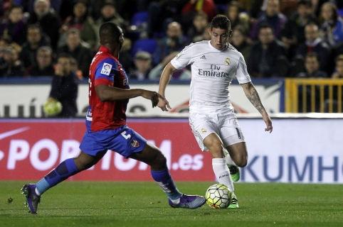 Levante's Mozambican midfielder Simao (L) vies with Real Madrid's Colombian midfielder James Rodriguez during the Spanish league football match Levante UD vs Real Madrid CF at the Ciutat de Valencia stadium in Valencia on March 2, 2016. / AFP / Jose Jordan