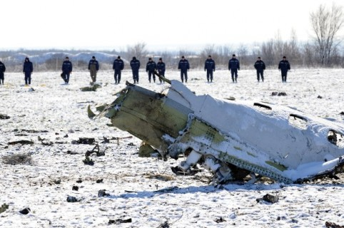 Russian Emergency Ministry rescuers search the wreckage of a crashed airplane at the Rostov-on-Don airport on March 20, 2016. A flydubai passenger Boeing jet crashed early Saturday as it attempted to land in bad weather in southern Russia, killing all 62 people on board in the latest air disaster to hit the country.   / AFP / STR