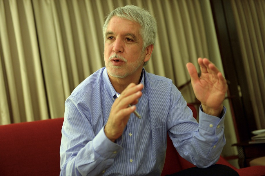 In this photograph taken on March 27, 2015, Enrique Penalosa, a former Colombian mayor gestures as he gives an interview to AFP in Karachi. As mayor of Bogota, Enrique Penalosa transformed Colombia's crime-ridden, traffic-clogged capital and now he is helping Pakistan's sprawling metropolis Karachi as it seeks to shed its violent, chaotic image.  AFP PHOTO / Rizwan TABASSUM / AFP PHOTO / RIZWAN TABASSUM