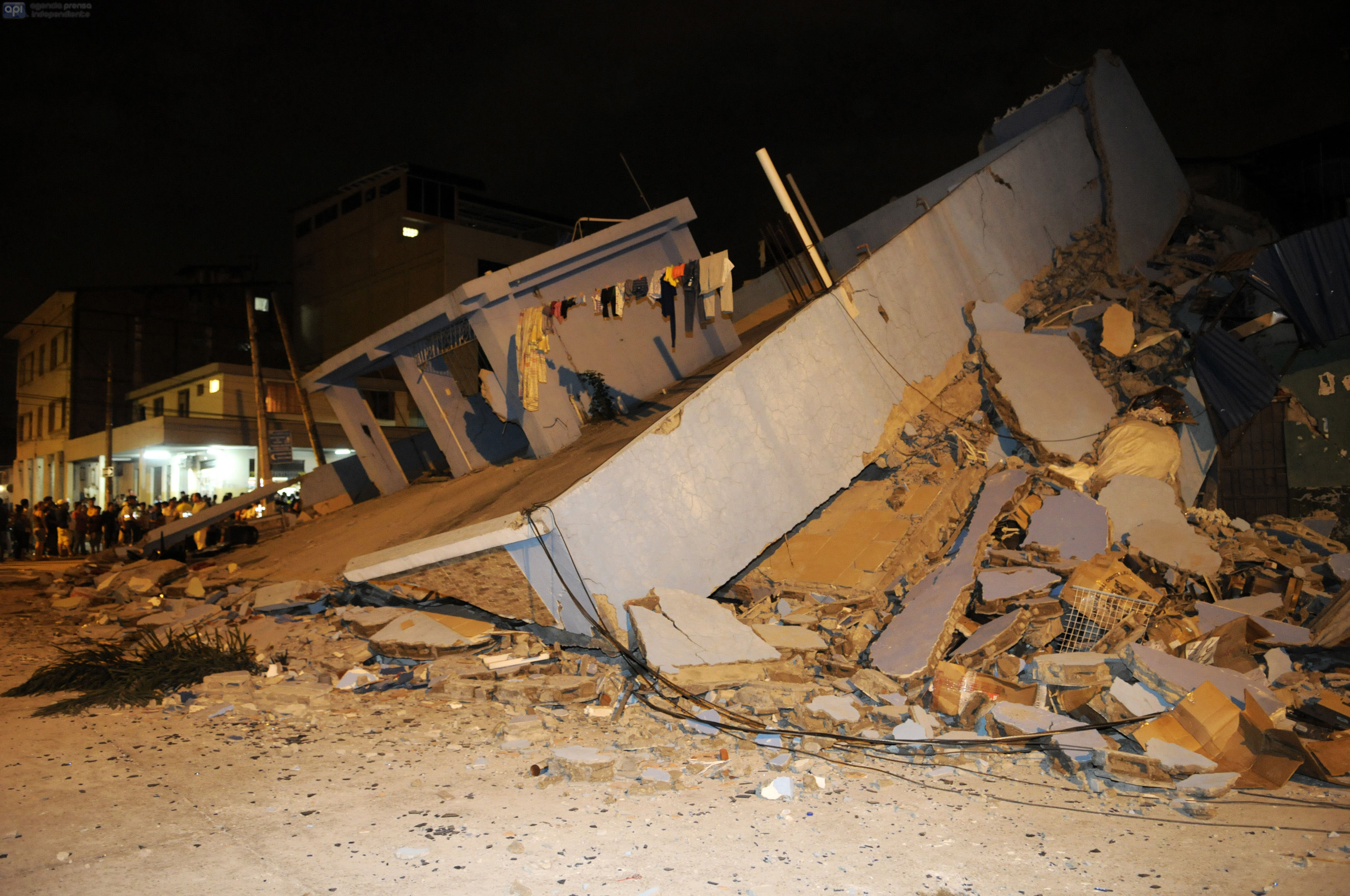 This picture shows a collapsed home after an earthquake in the city of Guayaquil on April 17, 2016. At least 77 people were killed when a powerful 7.8-magnitude earthquake struck Ecuador, destroying buildings and a bridge and sending terrified residents dashing from their homes, authorities in the Latin American country said on April 17. / AFP PHOTO / MARCOS PIN MENDEZ