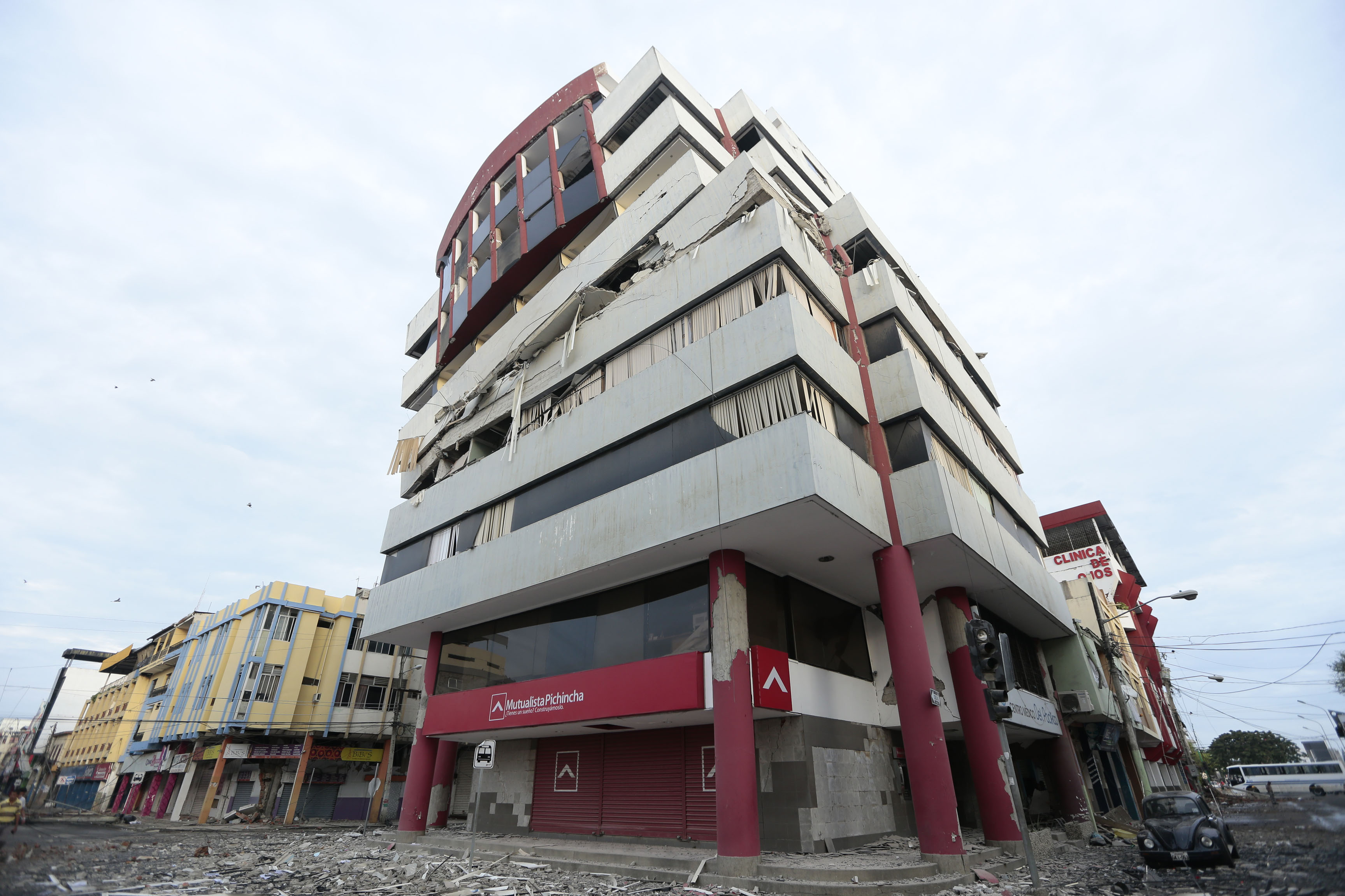 View of a damaged building after a 7.8-magnitude quake in Portoviejo, Ecuador on April 17, 2016. At least 77 people were killed when a powerful earthquake struck Ecuador, destroying buildings and a bridge and sending terrified residents scrambling from their homes, authorities said Sunday. / AFP PHOTO / JUAN CEVALLOS