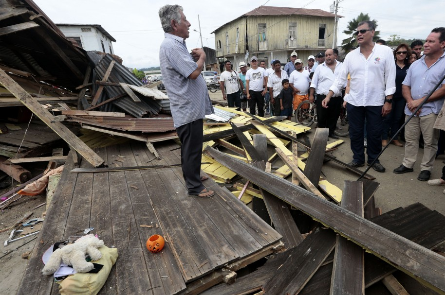 Ecuador's President Rafael Correa (2-R) visits the town of Jama, in the Ecuadorean coastal province of Manabi, on April 18, 2016 two days after a 7.8-magnitude quake hit the country, on April 18, 2016. Rescuers and desperate families clawed through the rubble Monday to pull out survivors of an earthquake that killed 350 people and destroyed towns in a tourist area of Ecuador. / AFP PHOTO / JUAN CEVALLOS