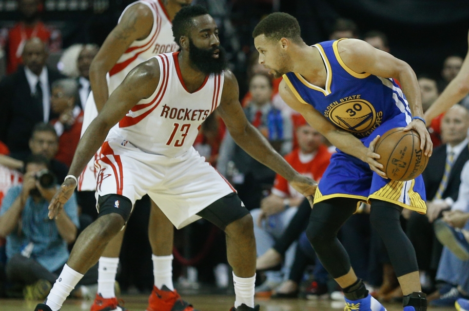 Stephen Curry, a la derecha