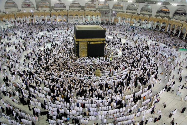 Muslims from all around the world walk around the Kaaba at the Grand Mosque, in the Saudi city of Mecca on June 8, 2016, during the holy month of Ramadan. Muslims around the world abstain from eating, drinking and conducting sexual relations from sunrise to sunset during Ramadan, the holiest month in the Islamic calendar. / AFP PHOTO / BADAR ALDANDANI