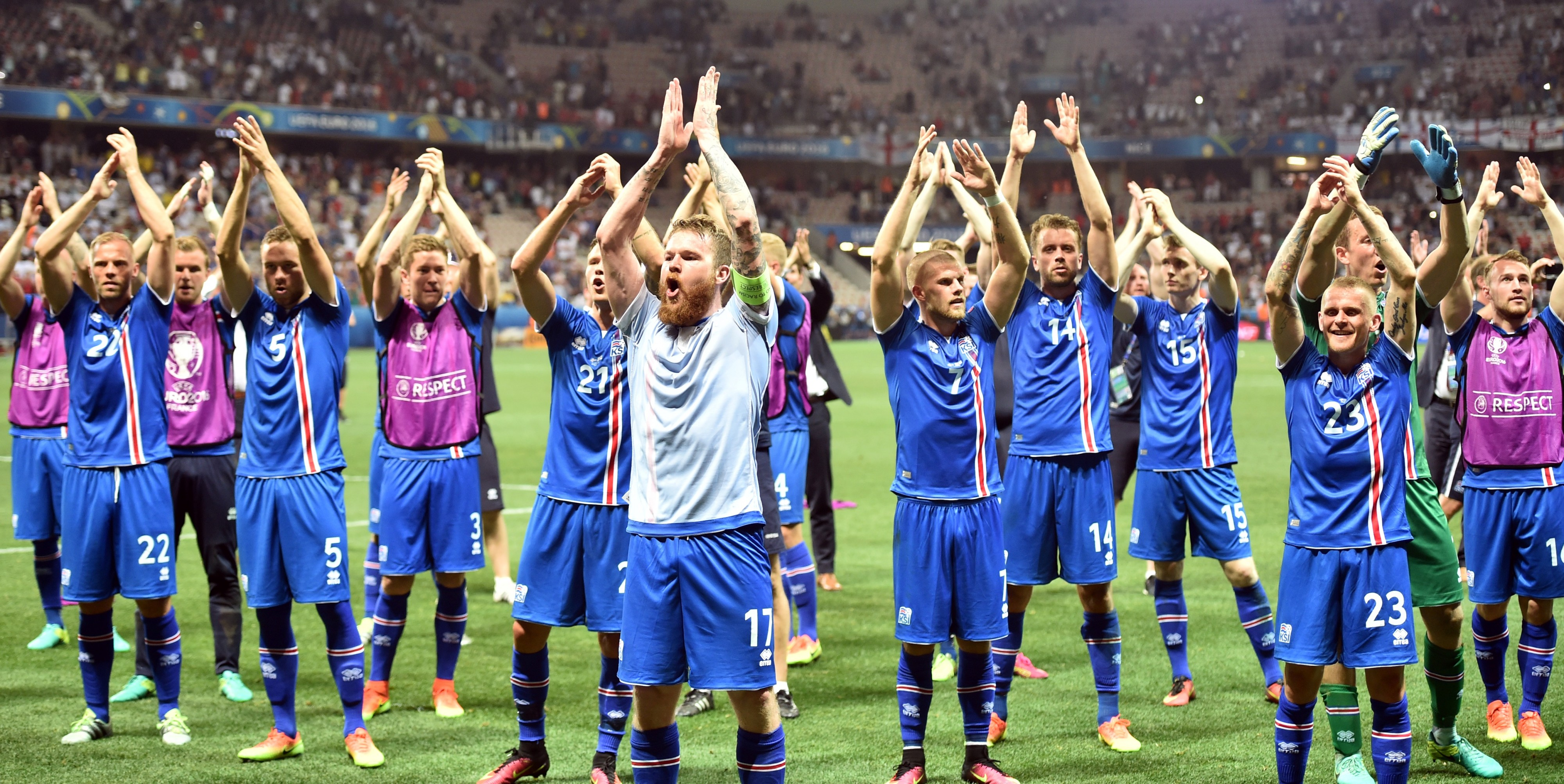 Iceland's players celebrate their team's win after the Euro 2016 round of 16 football match between England and Iceland at the Allianz Riviera stadium in Nice on June 27, 2016. Iceland won the match 1-2. / AFP PHOTO / BERTRAND LANGLOIS