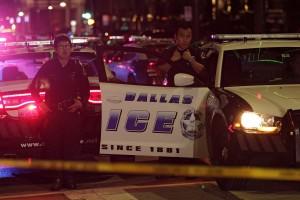 RL05 DALLAS (ESTADOS UNIDOS) 08/07/2016.- Agentes de la policía de Dallas acuden al escenario del tiroteo ocurrido en el transcurso de una manifestación contra la violencia policial hacia los negros en EEUU, que se saldó con cinco agentes muertos, en Dallas, Estados Unidos, hoy, 8 de julio de 2016. Cinco policías fallecieron y otros 6 resultaron heridos cuando dos francotiradores les dispararon desde posiciones elevadas, informó la Policía de la ciudad. La policía ha confirmado que un sospechoso de la matanza ha resultado muerto tras permanecer atrincherado en un estacionamiento. Al margen del sospechoso atrincherado en el aparcamiento, la Policía mantiene en custodia a tres personas, incluyendo a una mujer que fue detenida en el aparcamiento y a otros dos individuos que circulaban por la autopista en un Mercedes. EFE/Ralph Lauer