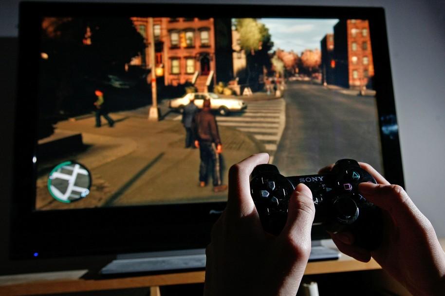 Hombre jugando PlayStation - pulzo.com