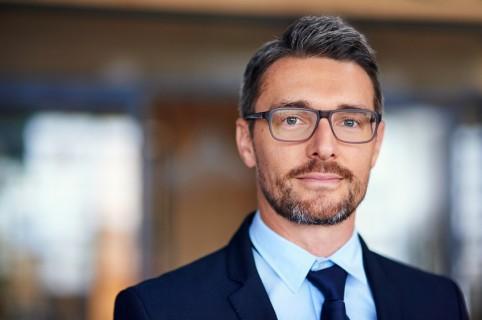 Hombre de negocios con gafas - pulzo.com