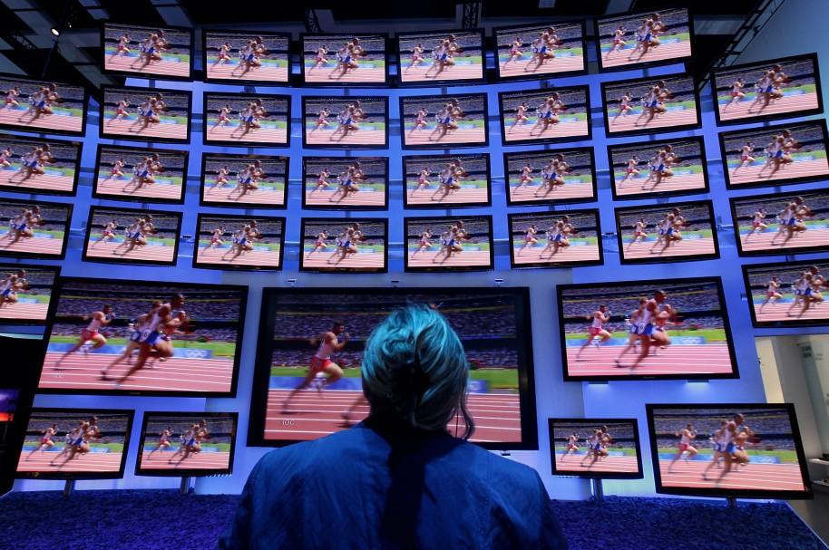 Hombre frente a varias pantallas de computador - pulzo.com