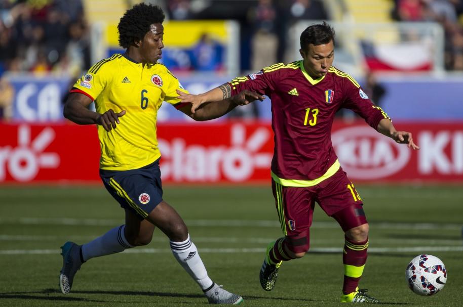 Carlos Sánchez jugando con Colombia - pulzo.com