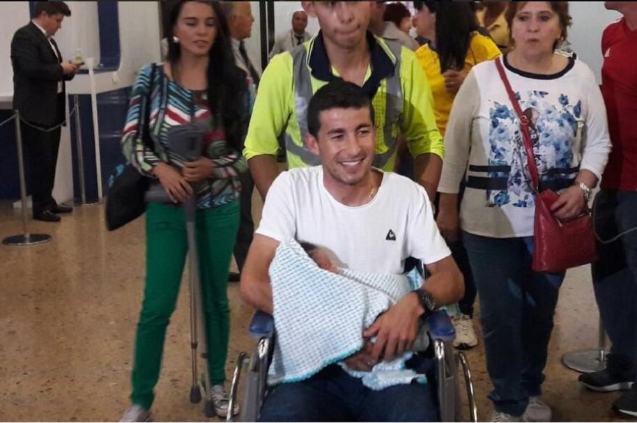 Sergio Luis Henao cargando a Emmanuel