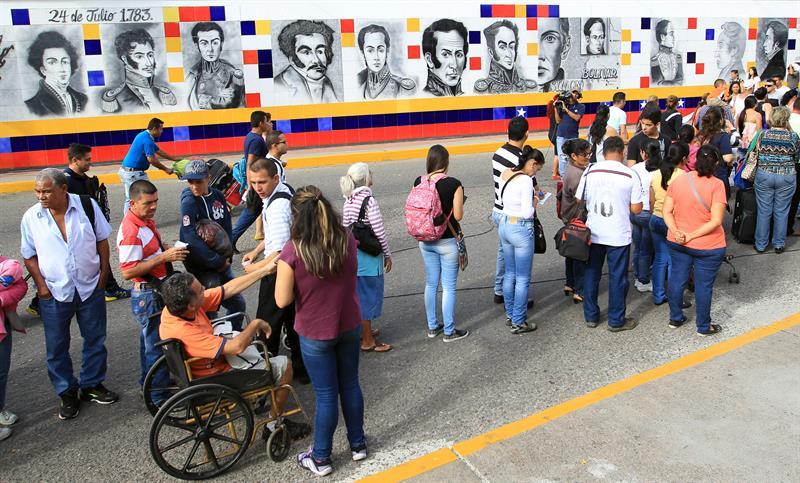 Venezolanos cruzan la frontera con Colombia. Pulzo.com