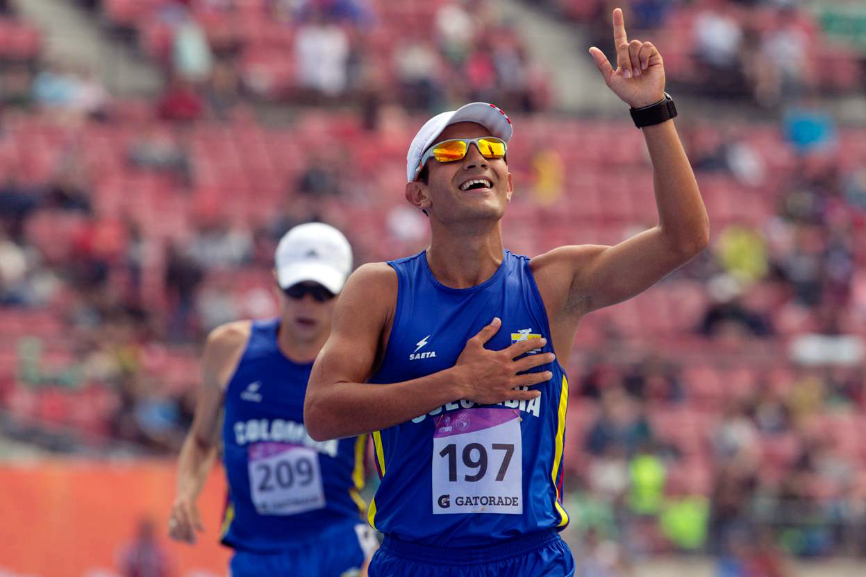 Colombia's athlete Eider Arevalo celebrates his gold medal in the men 20km race walk during the X South American Games (Odesur) in Santiago, on March 15, 2014. AFP PHOTO/CLAUDIO REYES / AFP PHOTO / Claudio Reyes