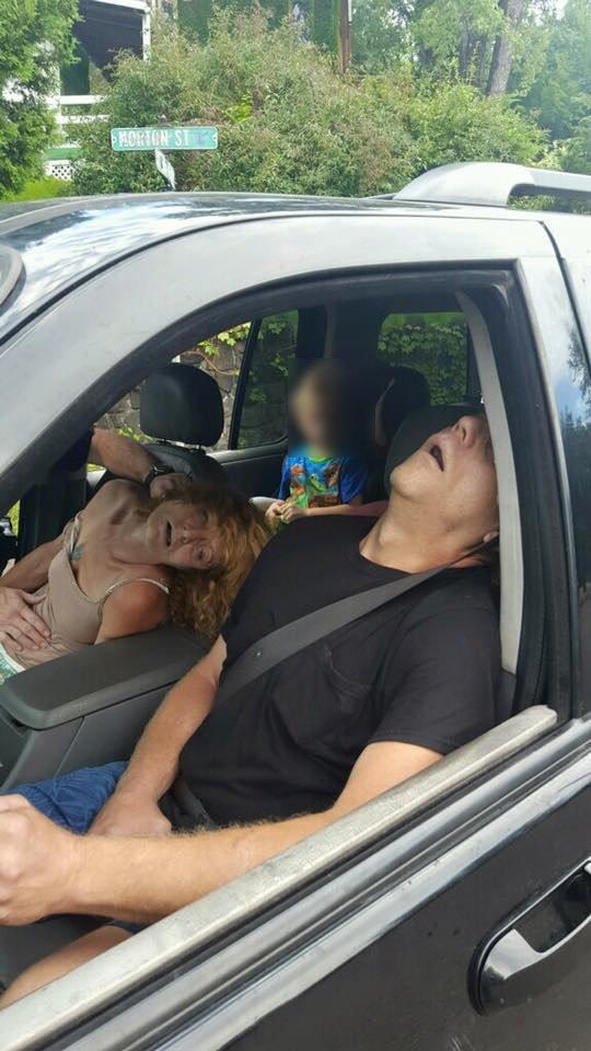 pareja conduce drogada con niño en el auto