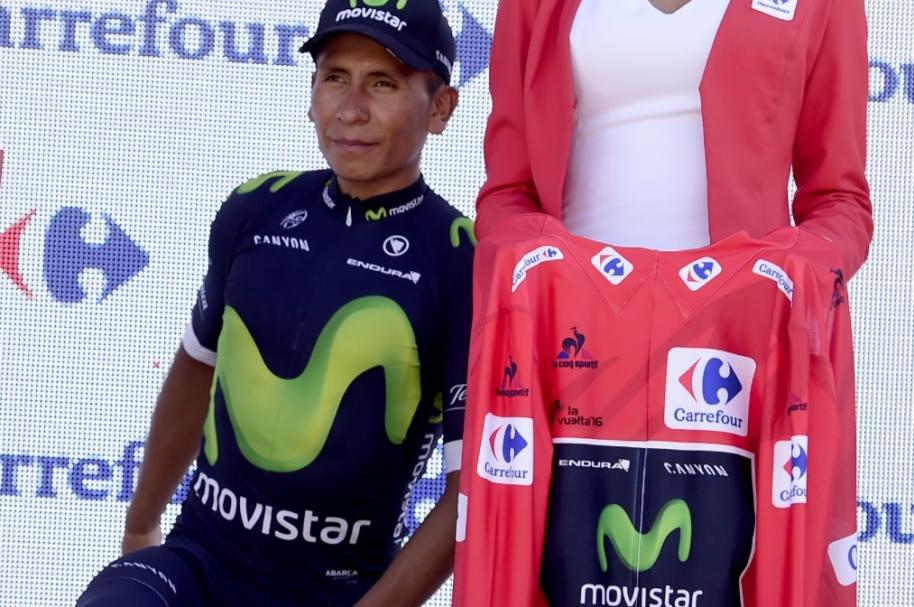 Nairo Quintana recibe la camiseta de líder en Vuelta a España