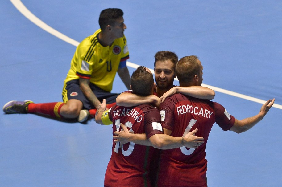 Ricardinho celebra con Tiago Brito (c) y Pedro Cary el gol de Portugal a Colombia en el primer partido de las dos selecciones del Mundial de Futsal