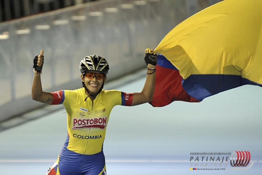 La patinadora Paola Segura ondea la bandera de Colombia