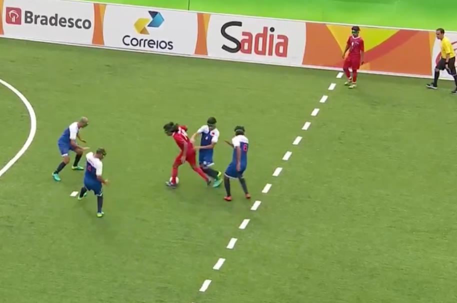 El jugador iraní Rajabpor Hossein segundos antes de marcar el gol contra Marruecos.