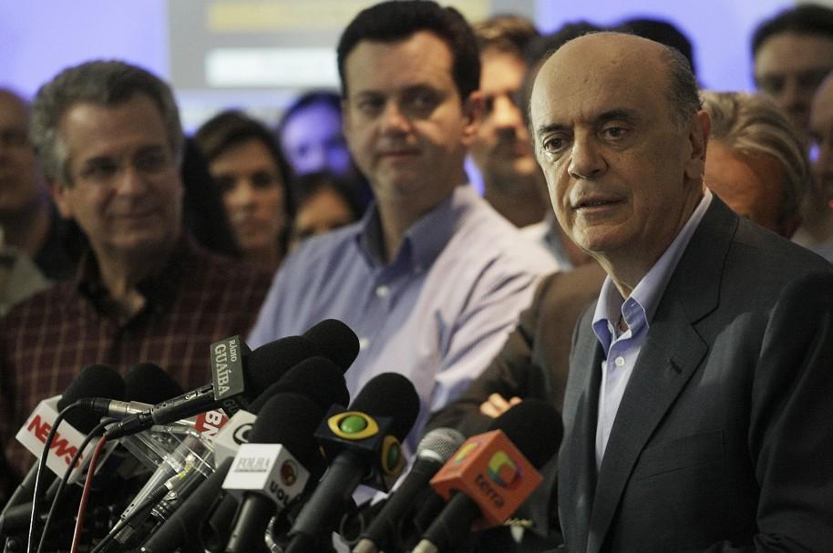 El canciller brasileño José Serra declara ante la prensa