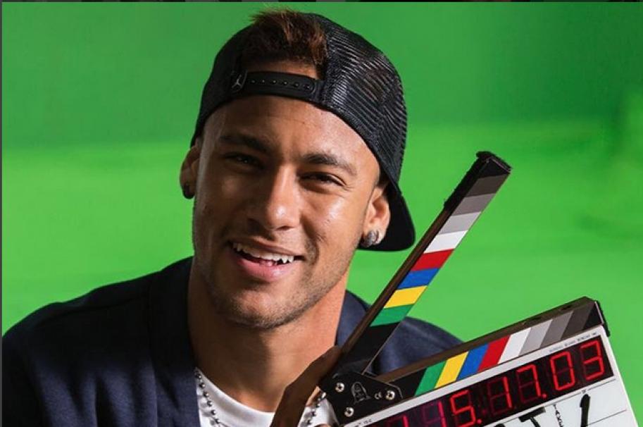 Neymar presentando un adelanto de su nueva canción.