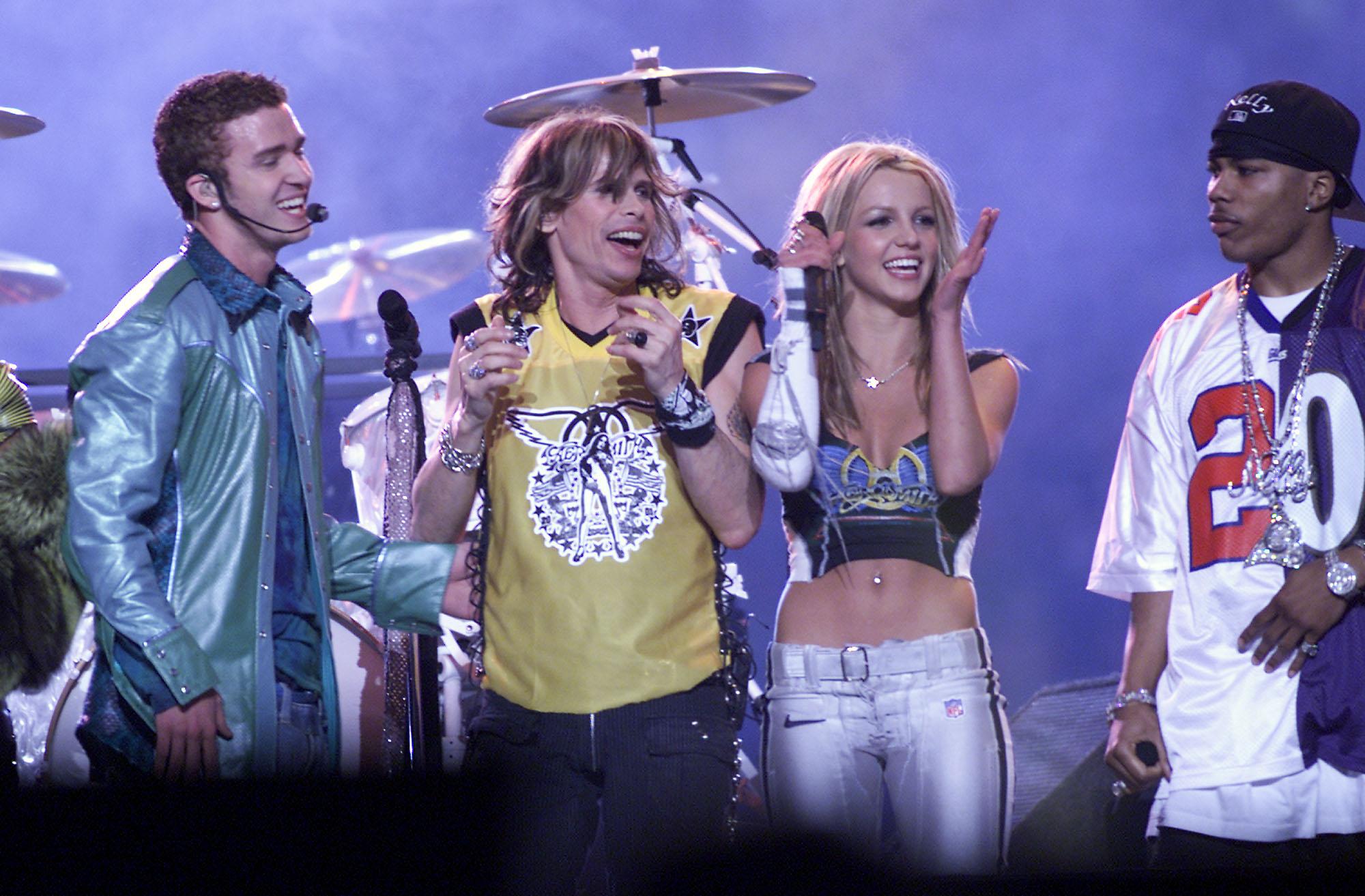 Justin Timberlake, Steven Tyler y Britney Spears durante el show del Super Bowl 2001