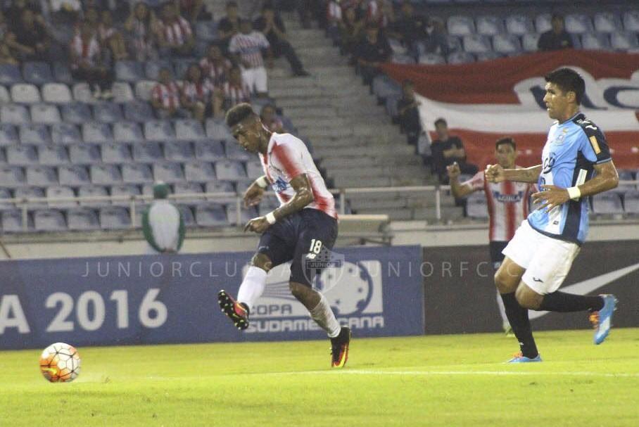 Yony González (izq.) remata y anota el gol de Junior