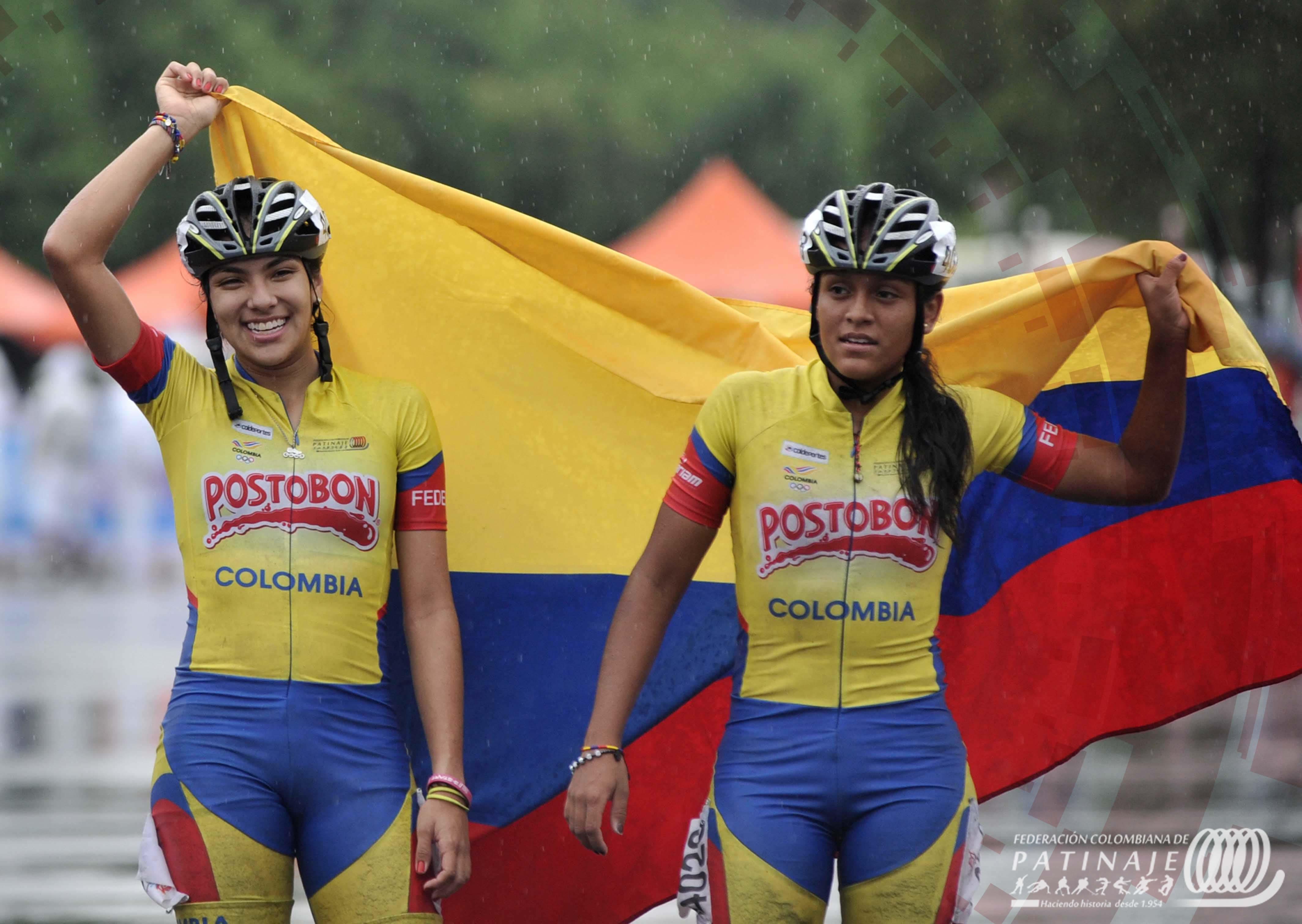Patinadoras colombianas ondean la bandera nacional en Nanjing