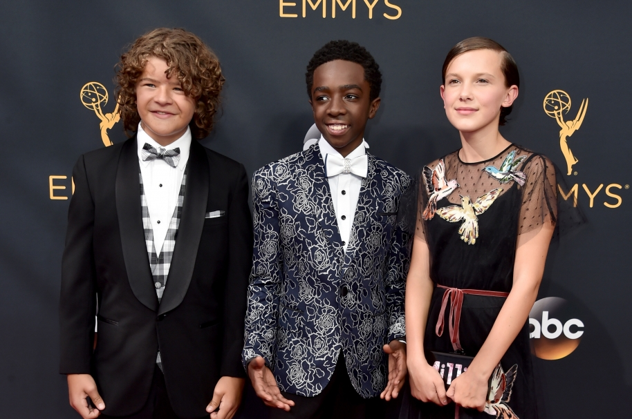 Gaten Matarazzo, Caleb McLaughlin y Millie Bobby Brown de la serie Stranger things