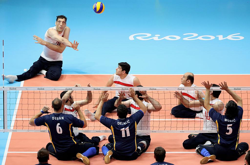 Equipos de Irán y Bosnia y Herzegovina jugando la final de vóleibol sentado en los Juegos Paralímpicos. Pulzo.com