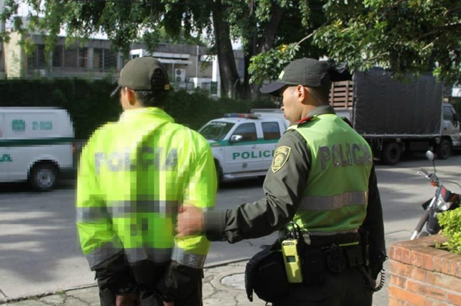 Con prendas de la Policía roban en Bogotá