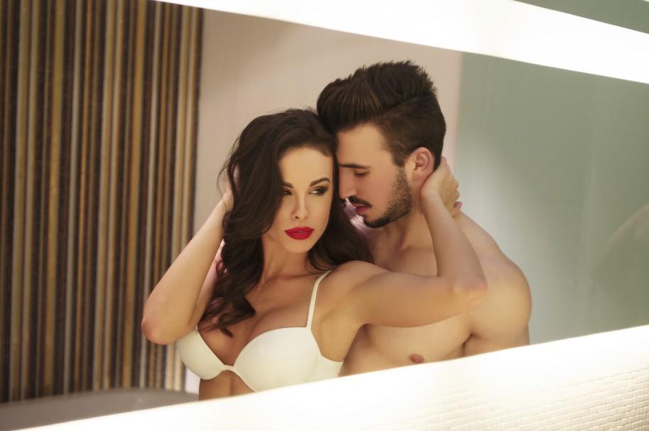 Pareja sexy en el espejo