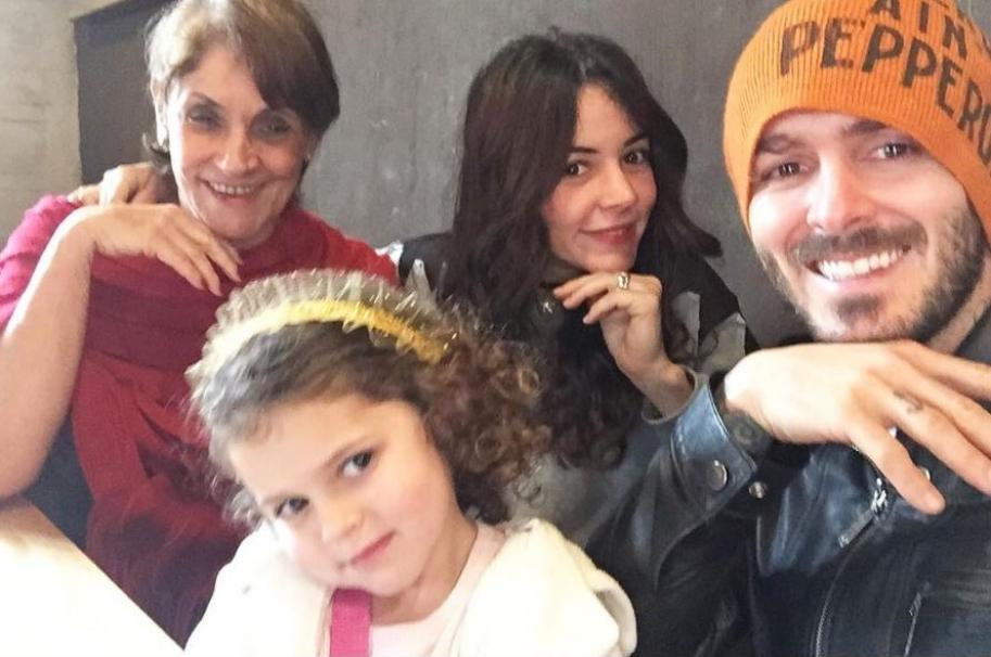 La actriz Maleja Restrepo junto a su esposo Tatán Mejía, su mamá y su hija Guadalupe.