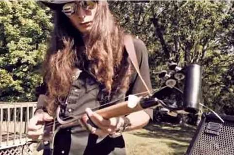Guitarra hecha con una pala.