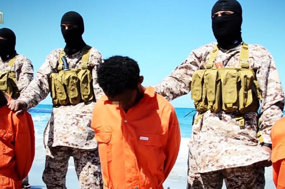 Combatientes del grupo Estado Islámico con prisioneros