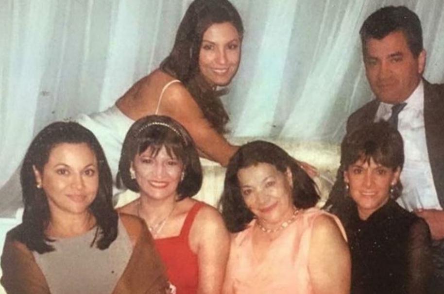 Amparo Grisales (atrás) junto a su mamá y hermanos.