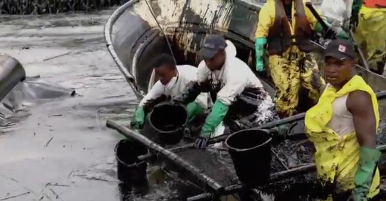 Aguas contaminadas por petróleo. Pulzo.com