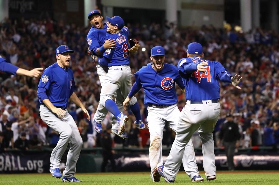 Los Cachorros celebran su triunfo por 7-8 sobre los Indios en Cleveland