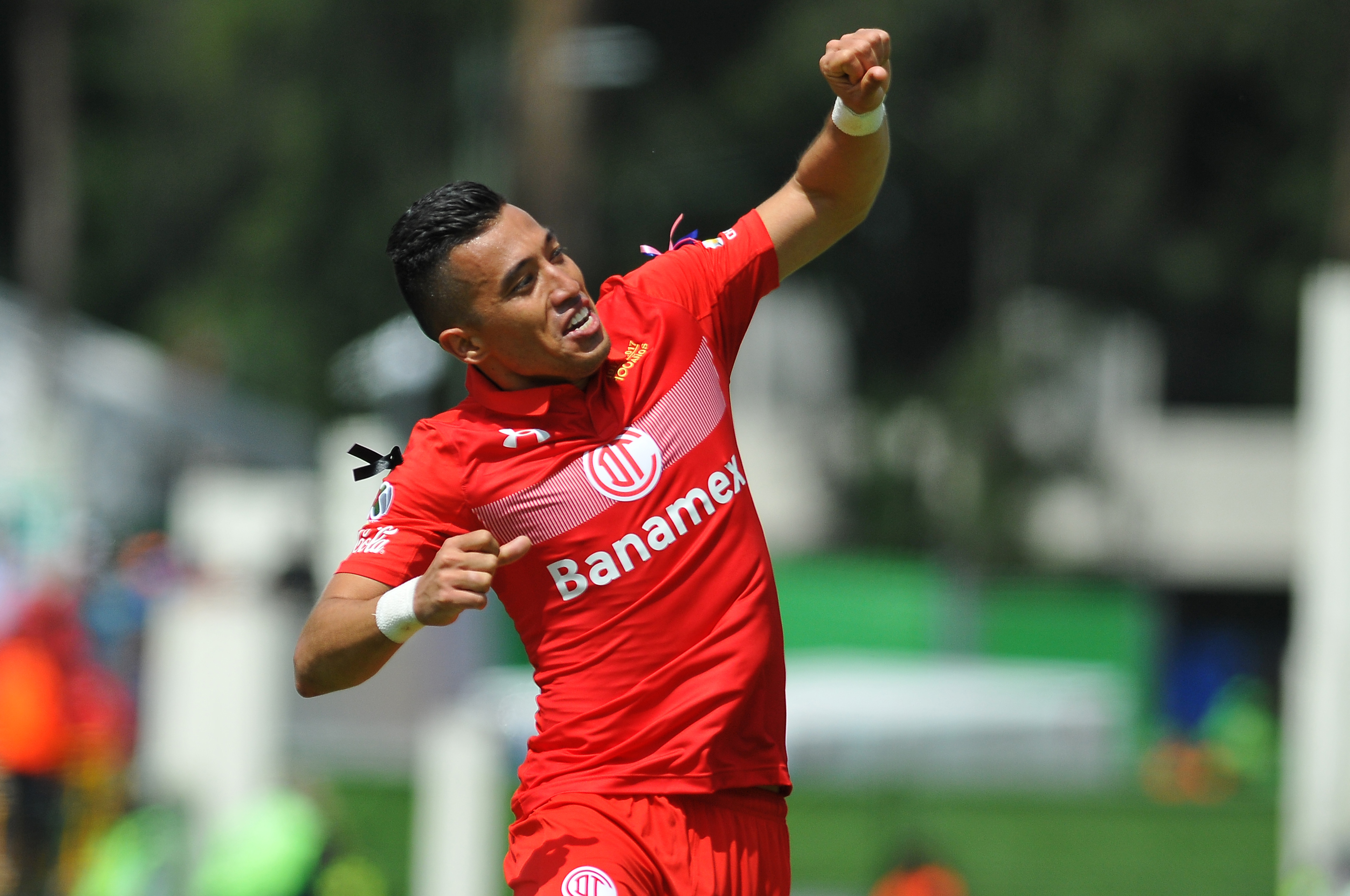 Fernando Uribe de Toluca celebra uno de sus goles.