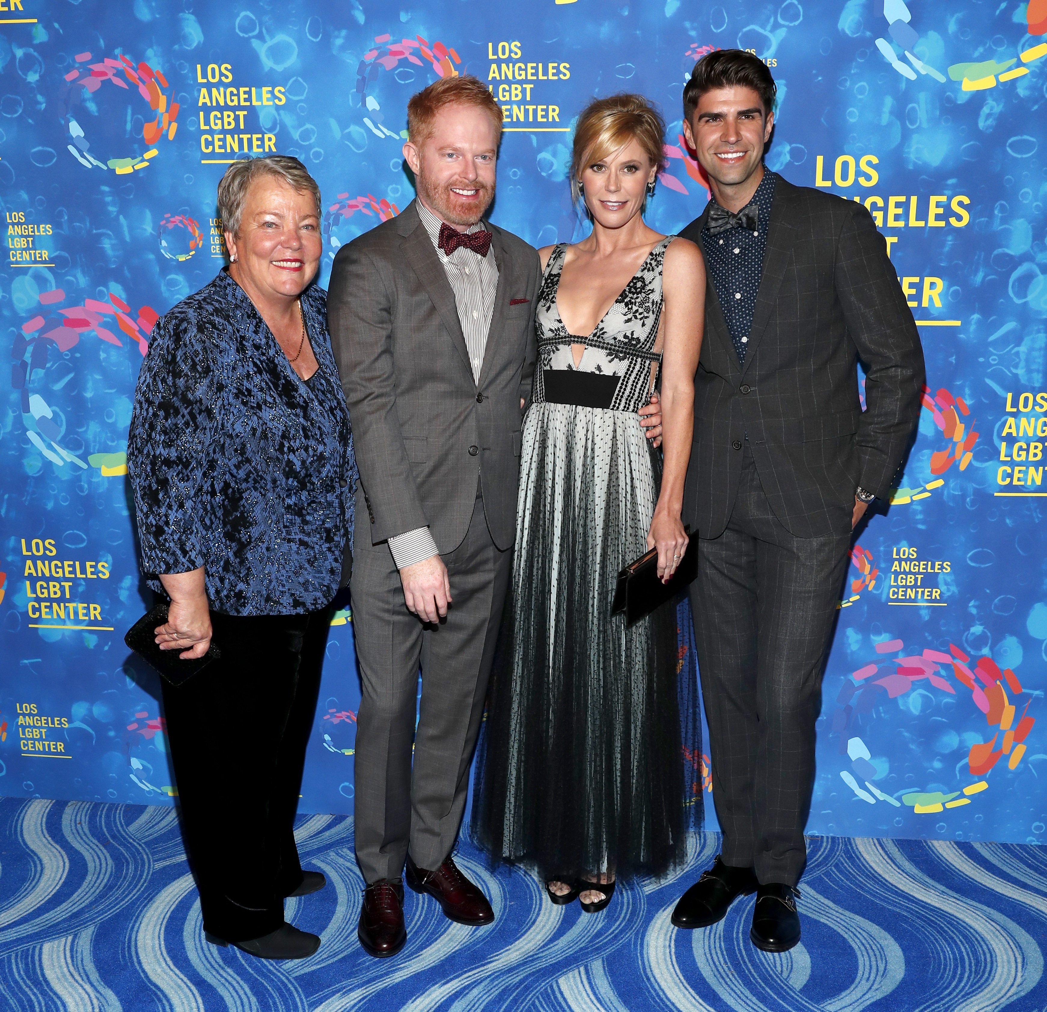 (I-D) Lorri L. Jean, los actores Jesse Tyler Ferguson y Julie Bowen, y Justin Mikita