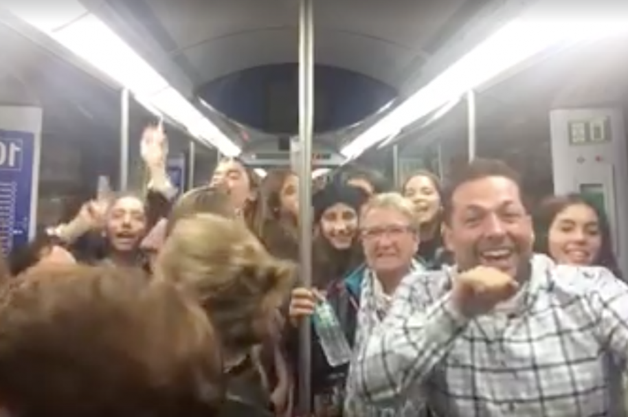 Pasajeros del metro de Madrid cantando y bailando 'La bicicleta', de Shakira y Carlos Vives.