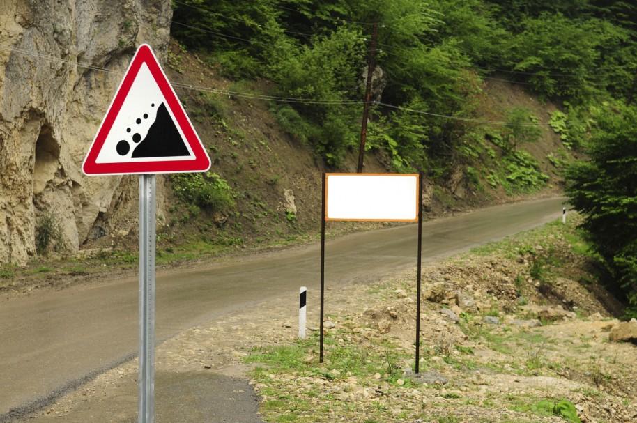 Señal vial de 'zona de avalanchas' en una vía rural