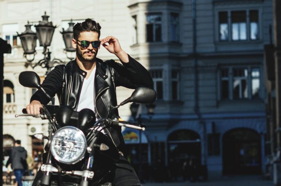 Hombre montando moto - pulzo.com