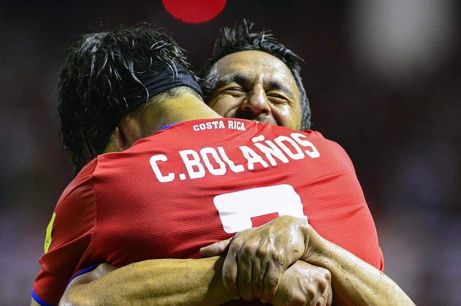 Cristian Bolaños celebra con el DT Óscar Ramírez uno de los goles contra Estados Unidos