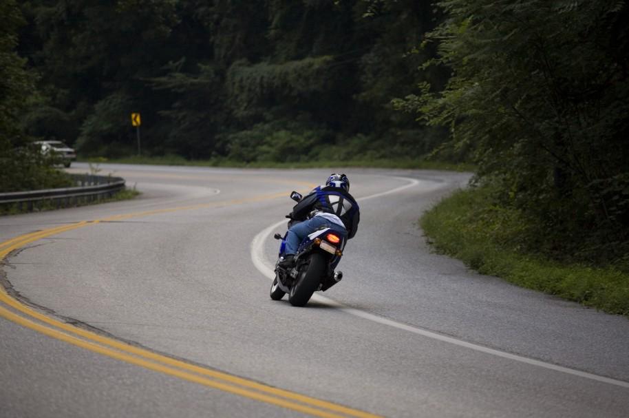 Moto dando una curva - pulzo.com