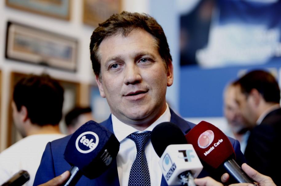 El presidente de la Confederación Sudamericana de Fútbol (Conmebol), Alejandro Domínguez, habla durante una rueda de prensa