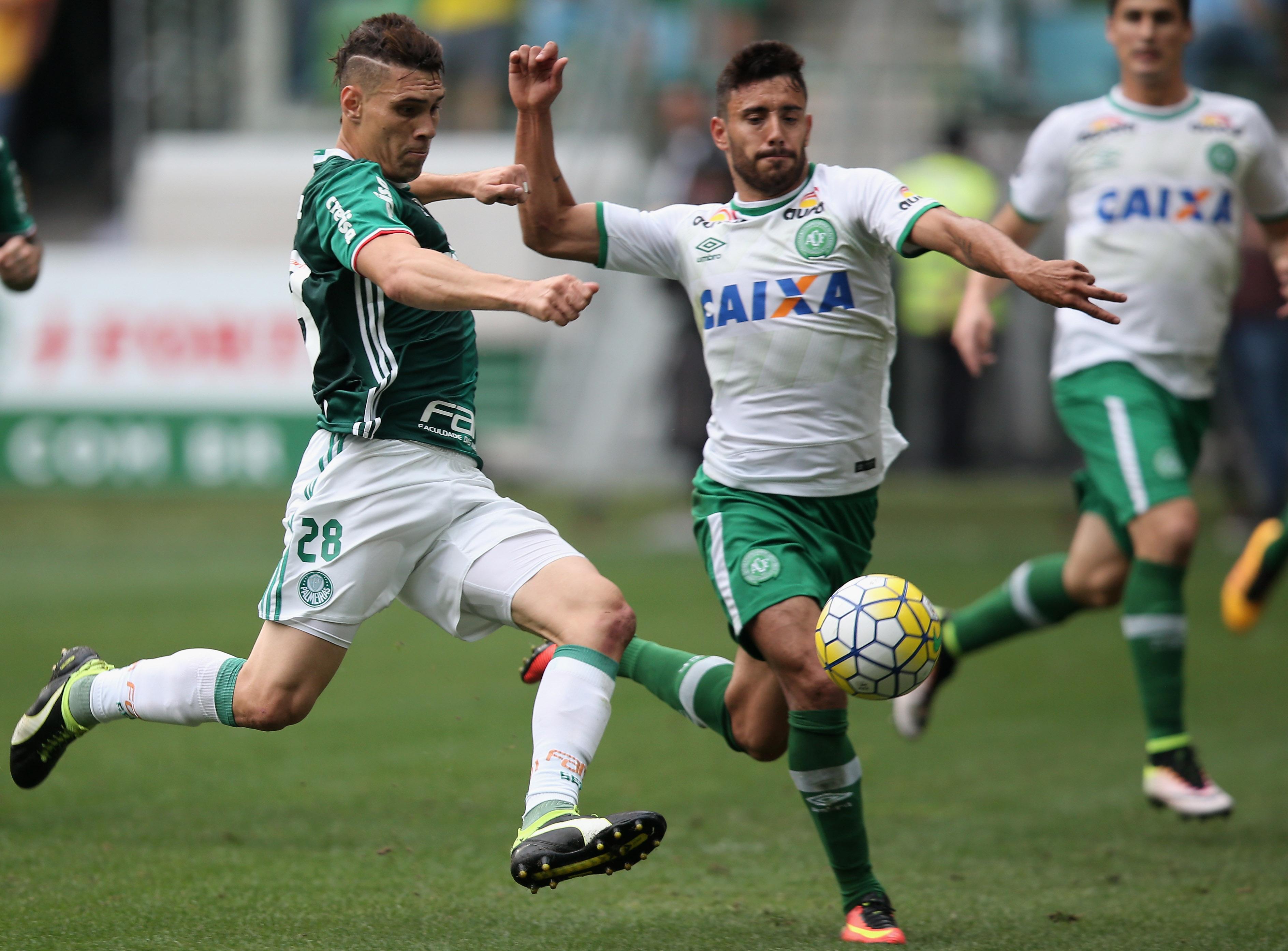 Moises de Palmeiras disputa un balón con Alan Ruschel de Chapecoense (der)