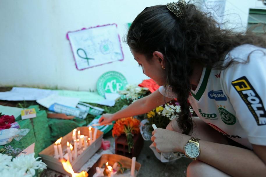 Una mujer rinde tributo a las víctimas de la tragedia de Chapecoense