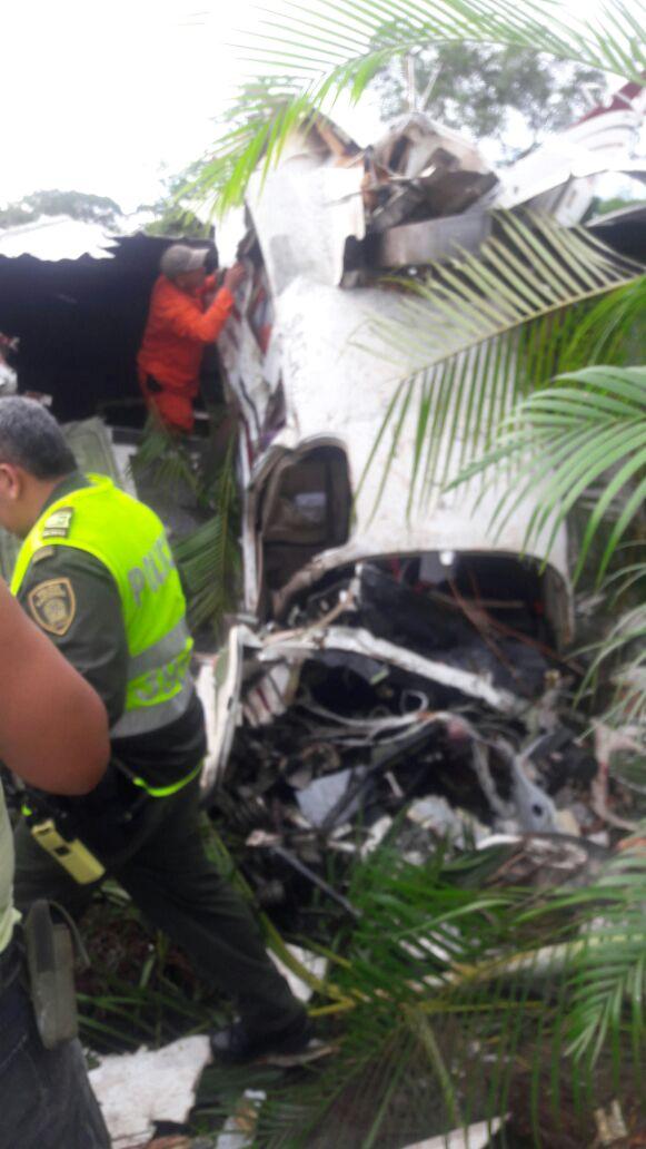 La avioneta se estrelló contra una vivienda