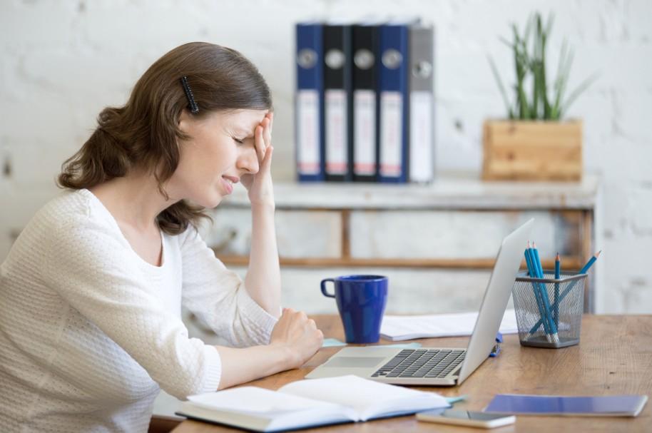 Mujer frente a un computador